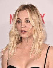 Kaley Cuoco wore her hair in beachy blonde waves at the 2018 Hilarity for Charity event.