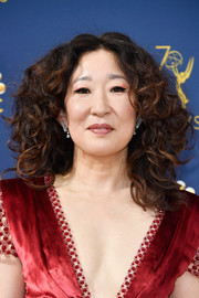 Sandra Oh rocked big curls at the 2018 Emmys.