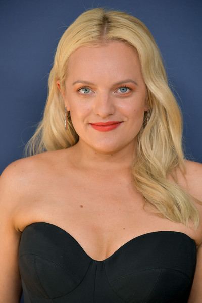 Elisabeth Moss wore her hair down in a gently wavy style at the 2018 Emmys.