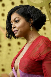 Taraji P. Henson attended the 2019 Emmy Awards wearing a short wavy hairstyle.