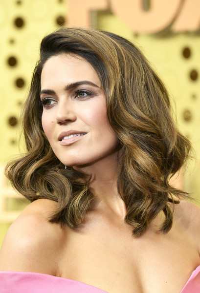 Mandy Moore looked gorgeous with her high-volume waves at the 2019 Emmy Awards.