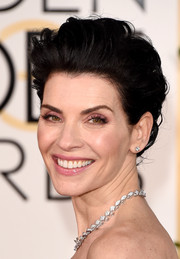 Julianna Margulies looked very elegant with her loose bun at the Golden Globes.