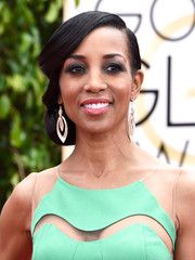 Shaun Robinson showed off a perfectly sculpted side chignon on the Golden Globes red carpet.