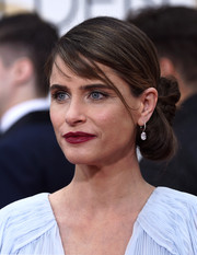 For her Golden Globes look, Amanda Peet swept her hair back into a twisted bun that had an origami feel.