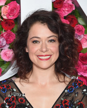 Tatiana Maslany attended the 2018 Tony Awards wearing her hair in tousled curls.
