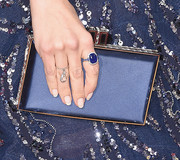 Jenna Dewan-Tatum carried her midnight blue clutch with her to complement her gown at the 2016 Golden Globes Awards.