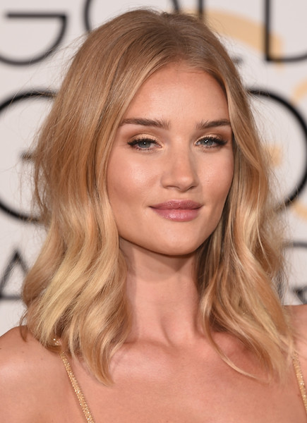 Rosie Huntington-Whiteley kept it laid-back with this wavy, center-parted hairstyle at the Golden Globes.