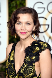 Perpetual fashion risk-taker Maggie Gyllenhaal rocked bright pink lips at the 2016 Golden Globes.