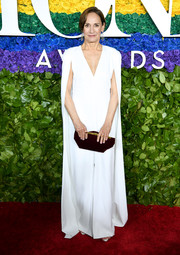Laurie Metcalf paired her dress with a burgundy velvet clutch.