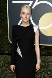 Saoirse Ronan attended the 2018 Golden Globes wearing a gorgeous cuff bracelet by Cartier.
