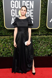 Amanda Peet kept it sweet and girly in a black satin gown with puffed sleeves at the 2018 Golden Globes.