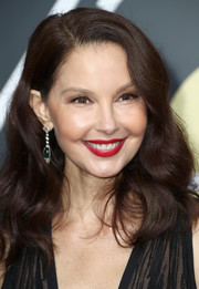 Ashley Judd wore her hair down to her shoulders in bouncy waves at the 2018 Golden Globes.
