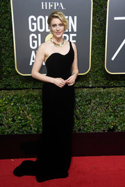 Greta Gerwig looked simply elegant in a black one-shoulder gown by Oscar de la Renta at the 2018 Golden Globes.