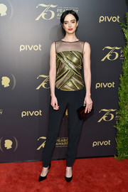 Krysten Ritter paired her outfit with a geometric-patterned box clutch by Charlotte Olympia.