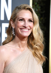 Julia Roberts wore her hair down in a gently wavy style at the 2019 Golden Globes.