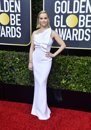 Reese Witherspoon kept it simple yet sophisticated in a structured white one-shoulder gown by Roland Mouret at the 2020 Golden Globes.