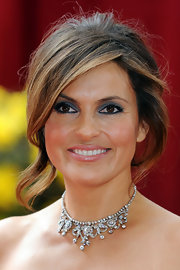 Mariska Hargitay looked like royalty in her 19th century diamond cluster necklace in silver on gold.