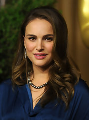 Natalie Portman always looks requisite. She styled her locks in soft waves that were softly swept to one side.