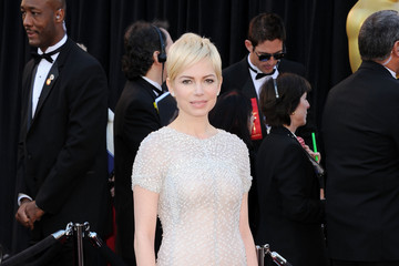 Michelle Williams Is Perfectly Pretty with Her Platinum Pixie at the Oscars 2011