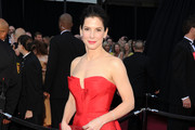 Sandra Bullock Wears Lilac Shadow and Berry Lips for the 2011 Oscars