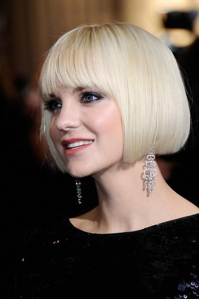 Anna Faris arrived at the 2012 Academy Awards wearing her hair in a sleek, polished-looking page boy.