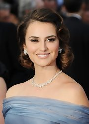 Penelope Cruz attended the 2012 Academy Awards wearing soft taupe and gray-brown shadows to create her sultry-eyed effect.