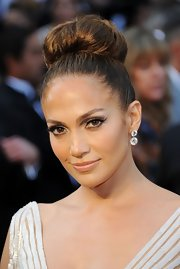 Jennifer Lopez attended the 84th Annual Academy Awards wearing lovely neutral shades of shadow to create her retro-inspired eye makeup look at the 84th Annual Academy Awards.