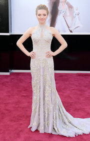 Amanda Seyfried looked timeless and feminine on the Oscars red carpet in this dragon fly-embroidery gown.