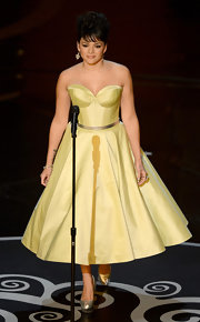 For her Oscars performance, Norah Jones channeled some old-school glamour in a bright cocktail dress with a full skirt and taffeta corset.