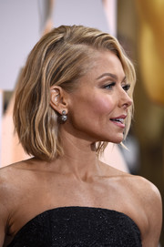 Kelly Ripa attended the Oscars wearing her hair in a subtly wavy bob.