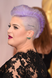 Kelly Osbourne sported her usual half-shaved fauxhawk during the Oscars.