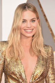 Margot Robbie was casually coiffed with this subtly wavy 'do at the Oscars.