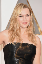 Kate Winslet looked lovely with her loose waves at the Oscars.