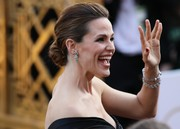 Jennifer Garner arrived for the Oscars wearing her hair in a regal-looking chignon.