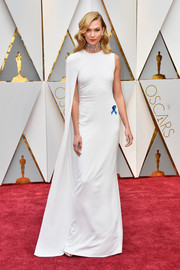Karlie Kloss was all about modern glamour in an asymmetrical, caped white gown by Stella McCartney at the 2017 Oscars.