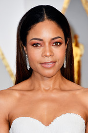 Naomie Harris opted for a no-frills center-parted hairstyle when she attended the 2017 Oscars.
