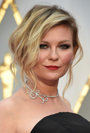 Kirsten Dunst worked a messy-sexy updo at the 2017 Oscars.