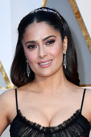 Salma Hayek opted for a simple and youthful center-parted style when she attended the 2017 Oscars.