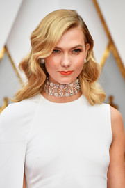 Karlie Kloss gave her look an ultra-glam punch with that stunning diamond flower choker!