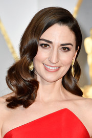 Sara Bareilles went Old Hollywood-glam with this wavy hairstyle at the 2017 Oscars.