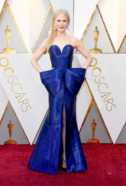 Nicole Kidman looked like a walking work of art in this structured cobalt strapless gown by Armani Prive at the 2018 Oscars.