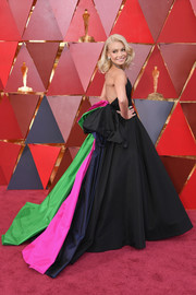 Kelly Ripa chose a strapless black Christian Siriano ball gown with a color-block back and oversized bow detail for the 2018 Oscars.