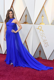 Jennifer Garner slayed in a caped electric-blue fishtail gown by Atelier Versace at the 2018 Oscars.