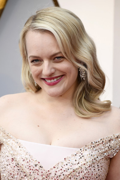 Elisabeth Moss wore her hair down to her shoulders in a retro wavy style at the 2018 Oscars.