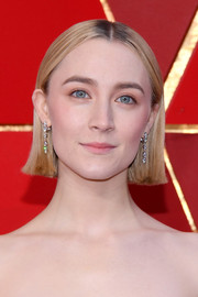Saoirse Ronan kept it minimal with this short center-parted hairstyle at the 2018 Oscars.