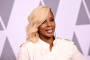 Mary J. Blige wore her hair in short, side-swept waves at the 2018 Academy Awards nominees luncheon.