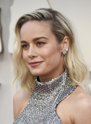 Brie Larson wore her hair down to her shoulders in a subtly wavy style at the 2019 Oscars.
