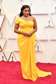 Mindy Kaling was bright and elegant in a yellow one-shoulder gown by Dolce & Gabbana at the 2020 Oscars.