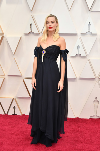 Margot Robbie looked sweet and elegant in a midnight-blue off-the-shoulder gown by Chanel Couture at the 2020 Oscars.