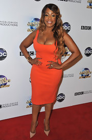 Niecy Nash's orage square-neck dress showed off her curves on the red carpet.